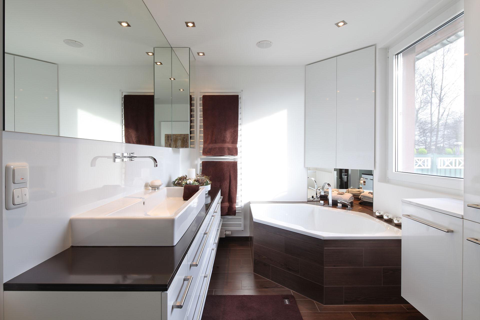 Badezimmer in braunt nen glaescher design innenausbau for Raumgestaltung 1 zimmer wohnung